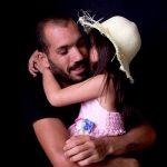 תמונת אב עם ילדתו