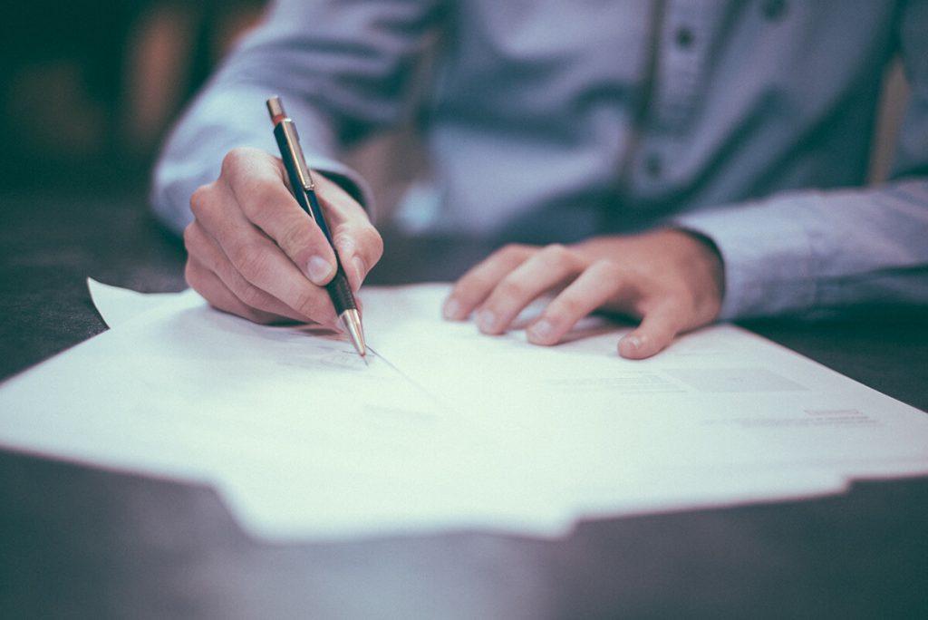 """תמונת עו""""ד חותם על מסמכים"""